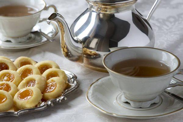 Juego-de-té-tetera-taza-plato-pastas-galletas-inglés-1024x682