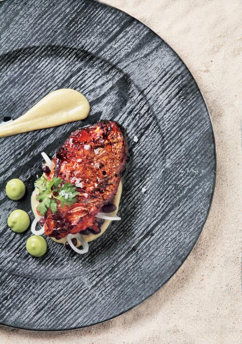 Filete-de-huachinango-zarandeado,-servido-con-puré-de-plátano-macho-y-ensalada-tibia-de-frijoles-negros.