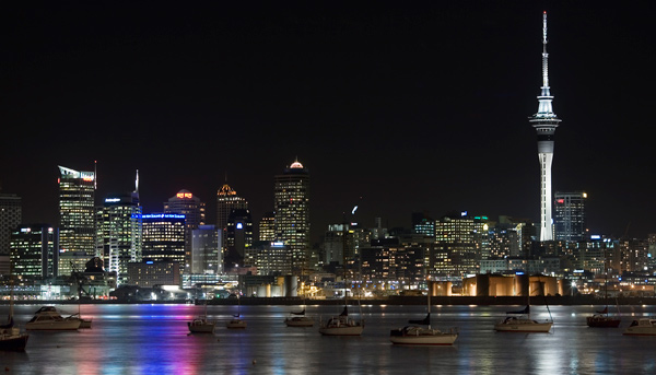 Night_view_of_the_lit_city_of_Auckland_from_Northcote_Point,_Auckland_-_0365