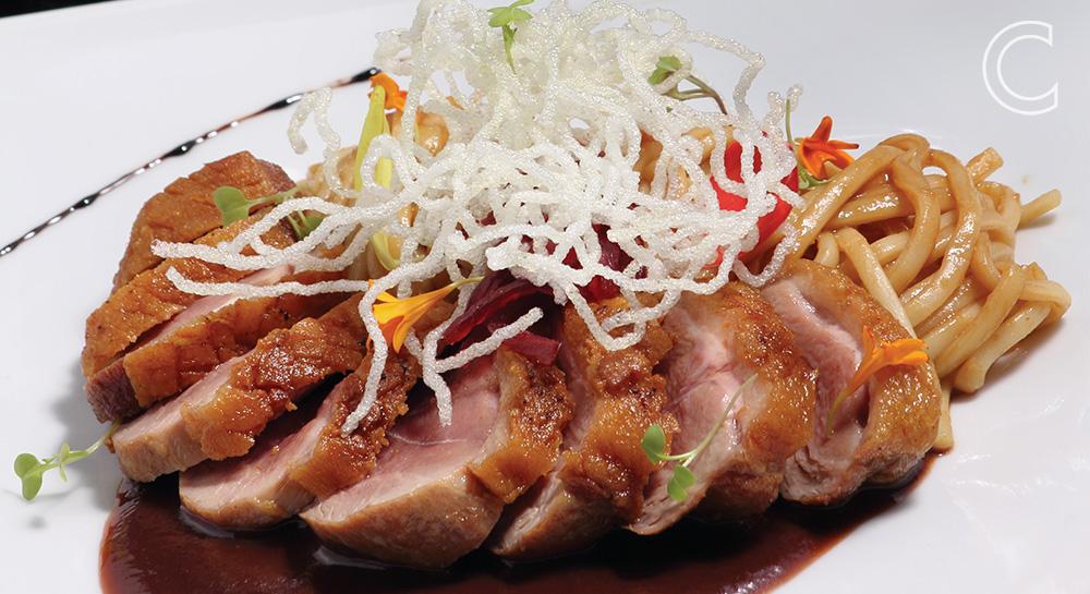 Magret de pato con salsa de higos y pasta oriental