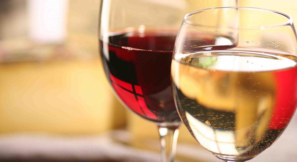 Varietales de vinos tintos y blancos de Burdeos