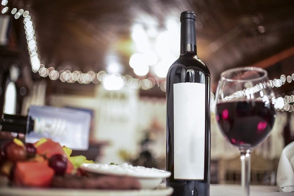 El servicio de los tintos, el vino en la mesa