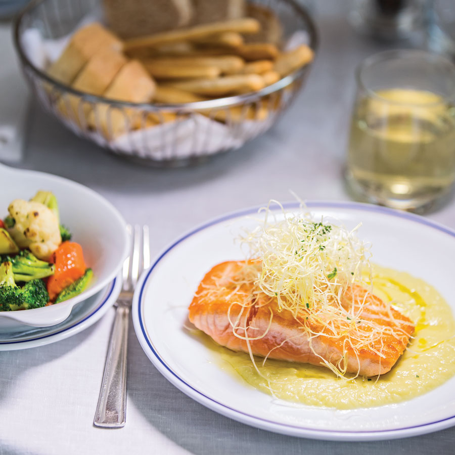 Filete de salmón del Pacífico con salsa de poro / Chardonnay Cancelo della Luna Cipriani