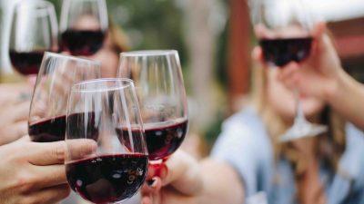 Cada vez más personas toman vino ¿te unes a la tendencia?