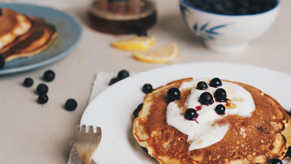 ¡Necesitamos comfort food! 🥞 Hot cakes con mascarpone y moras azules