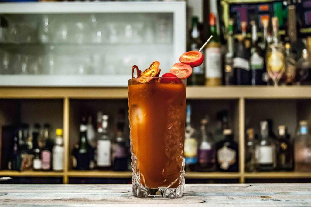 El Bloody Mary es perfecto para los domingos y nos lo estamos perdiendo + receta 🍹🍅