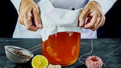 Hablemos de kombucha: prepararlo en casa puede darle un boost a tu salud