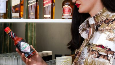 Fabiola Padilla y Salsa Tabasco presentan la michelada Bekeb